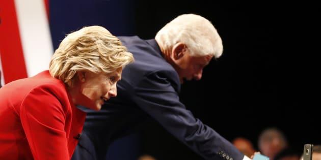 Hillary Clinton et Bill Clinton. REUTERS/Brian Snyder