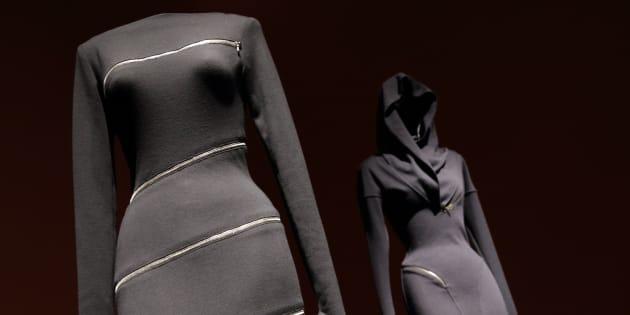 """Mort d'Azzedine Alaïa: la petite robe noire """"seconde peau"""", pièce emblématique de ses créations"""