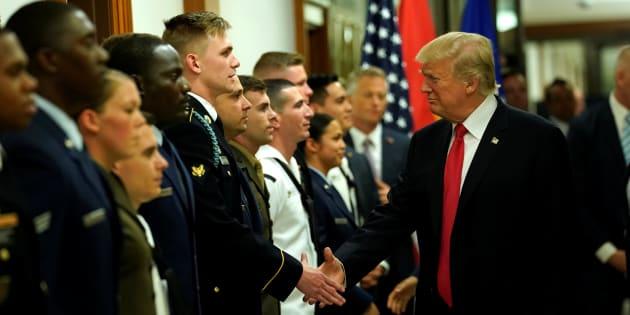 Donald Trump saluda a un militar tras mantener un encuentro del gabinete de asuntos político-militares en la sede del Pentágono en Arlington, Virginia, este jueves.