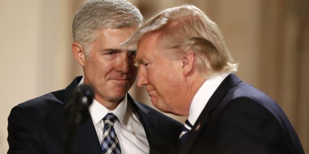 Il presidente Donald Trump insieme a Neil Gorsuch, la sua scelta per la Corte suprema