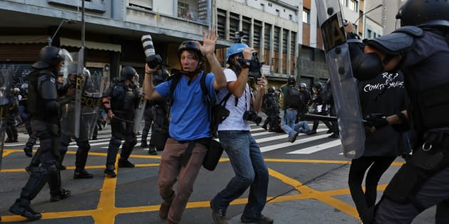 Fotógrafos são encurralados durante um protesto contra o aumento da tarifa de transportes em São Paulo.
