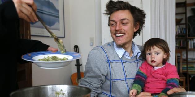 Raphael Fellmer, soutien du mouvement Foodsharing, déjeune avec sa fille et sa compagne, d'aliments collectés dans les déchets d'un supermarché biologique, à Berlin, en 2013. Foodsharing est une plateforme allemande sur Internet où particuliers, producteurs et commerçants peuvent offrir leur surplus à chacun.