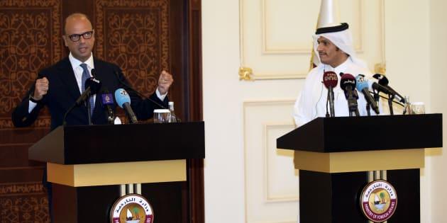 Angelino Alfano y el sheikh Mohammed bin Abdulrahman al-Thani, ministros de Exteriores de Italia y Qatar, respectivamente, explicando el acuerdo hoy en Doha.