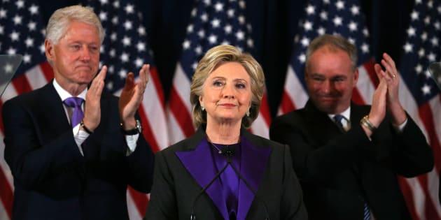 Hillary Clinton entre son mari et son co-listier ce mercredi à New York.  REUTERS/Carlos Barria TPX IMAGES OF THE DAY