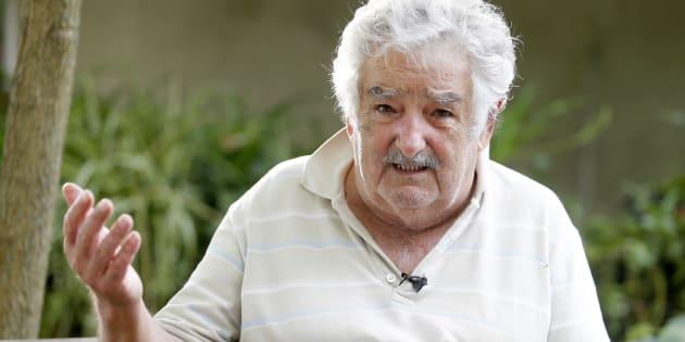 Ex-presidente uruguai José Mujica acena em sua fazenda no entorno de Montevidéu.