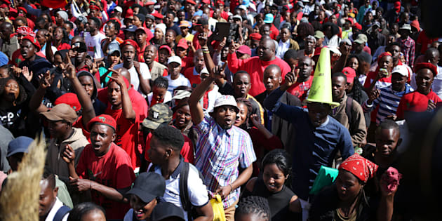 Anti-Zuma protesters and members of South Africa's ultra-left Economic Freedom Fighters party (EFF), march ahead of the vote of no confidence against President Jacob Zuma, in Pretoria, South Africa August 8, 2017. REUTERS/Siphiwe Sibeko