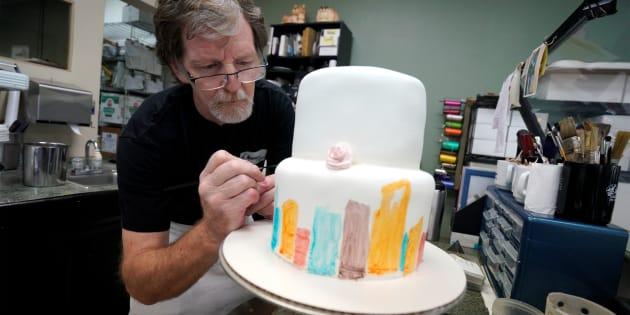 ケーキを作るジャック・フィリップス氏