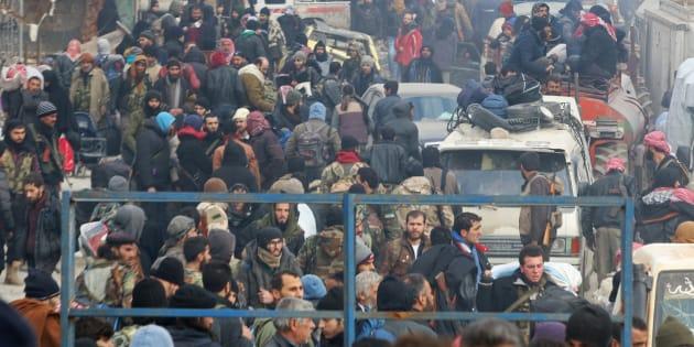 Des civils et des rebelles de la ville d 'Alep attendent leur évacuation, le 16 décembre 2016.