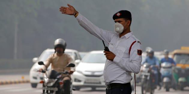 Un policier dirige le trafic dans une rue de New Delhi.