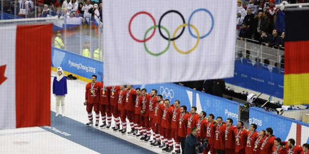 L'équipe masculine de hockey des Athlètes olympiques de Russie a remporté l'or sous le drapeau olympique.