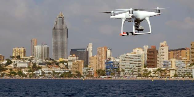 Un dron sobrevuela la costa frente a Benidorm.