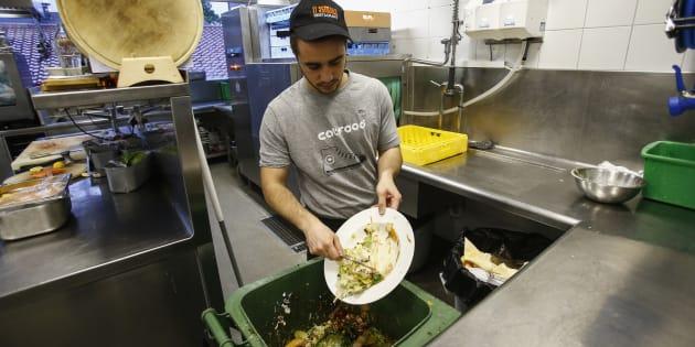 Desperdício de comida é comum em restaurantes no mundo.