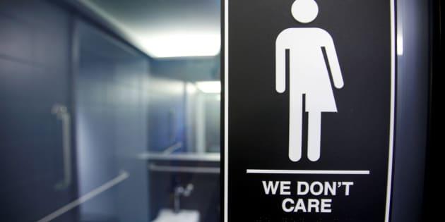 Un signe collé en Caroline du Nord suite au débat sur la loi obligeant les personnes transgenres à utiliser les toilettes correspondant à leur genre de naissance.  REUTERS/Jonathan Drake/File Photo