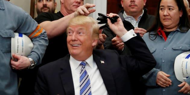Le président américain Donald Trump alors qu'il venait d'apposer sa signature sur la proclamation imposant les tarifs sur l'acier et l'aluminium, le 8 mars dernier.