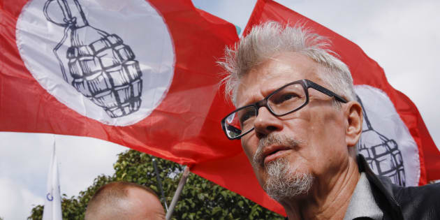 Eduard Limonov (R), the leader of The Other Russia party, attends a rally in Moscow August 4, 2013. The rally was organized to support defendants facing trial over clashes with the police during an anti-Putin protest in Bolotnaya Square in Moscow last year.  REUTERS/Sergei Karpukhin  (RUSSIA - Tags: POLITICS CIVIL UNREST)