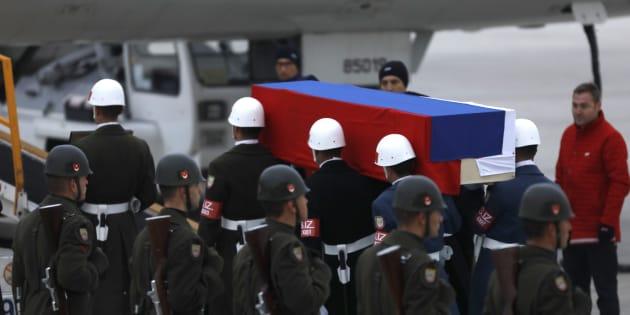 Le cercueil d'Andreï Karlov est amené jusqu'à l'avion qui doit le conduire en Russie, le 20 décembre.