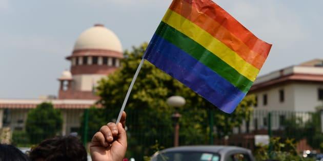 Un drapeau aux couleurs de l'arc-en-ciel, symbole de la communauté LGBT, jeudi 6 septembre, près de la Cour suprême, en Inde.