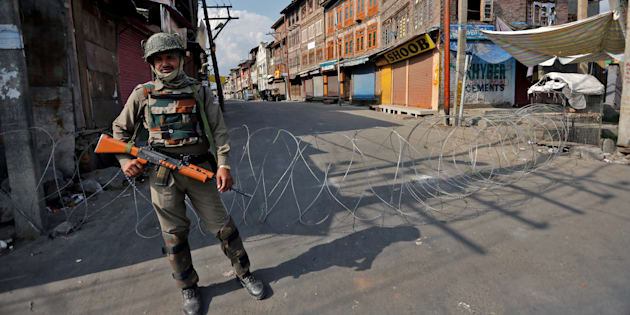 An Indian policeman stands guard in a deserted street during a curfew in Srinagar July 12, 2016. REUTERS/Danish Ismail