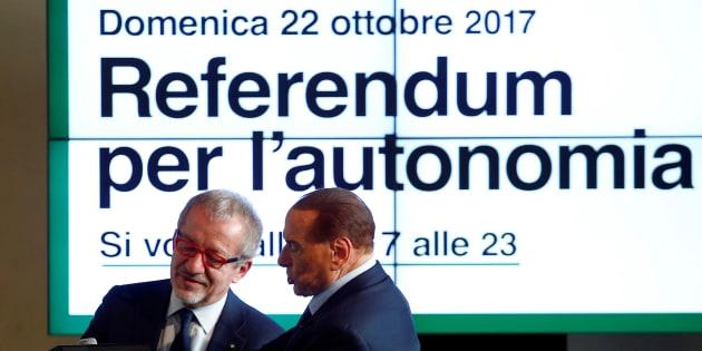 Silvio Berlusconi et le président de la Lombardie Roberto Maroni lors d'une conférence pour le référendum.