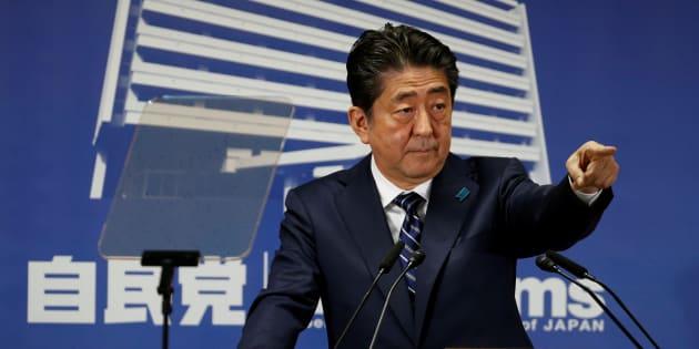10月23日に会見する安倍首相