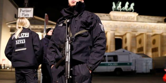 Des policiers patrouillant à Berlin le 27 décembre 2016.