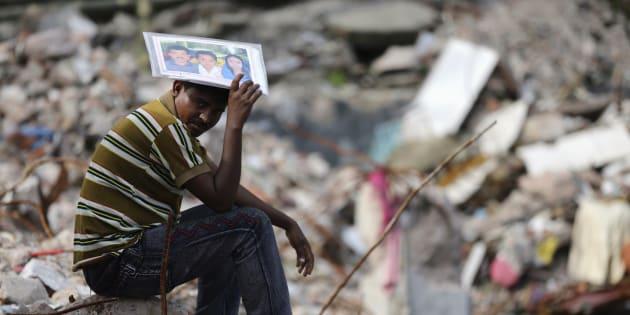 Abdur Rahman tient une photo de Cahyna Akhter, une couturière qui travaillait lorsque le bâtiment Rana Plaza s'est effondré, en avril 2013.