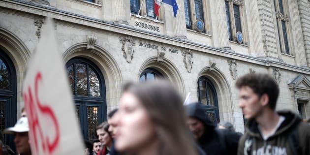 Des étudiants manifestent devant la Sorbonne le 10 avril (photo d'illustration)