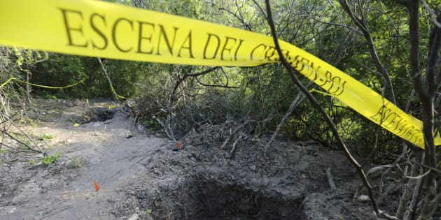 Letrero que resguarda una de las fosas clandestinas halladas recientemente en las cercanías de Iguala, Guerrero.