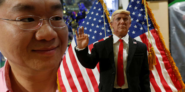 Howard Cheung, PDG de DID Corporation, pose à côté d'une figurine de Donald Trump, à Hong Kong.