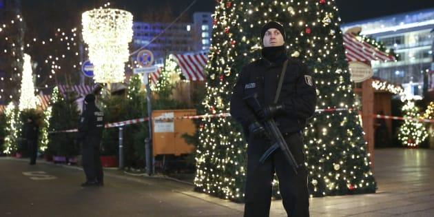 Policier sécurisant la zone du marché de Noël, après l'attentat au camion qui a fait 12 morts.
