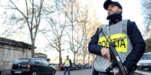 Un policier en patrouille dans le centre-ville de Rome le 24 décembre.