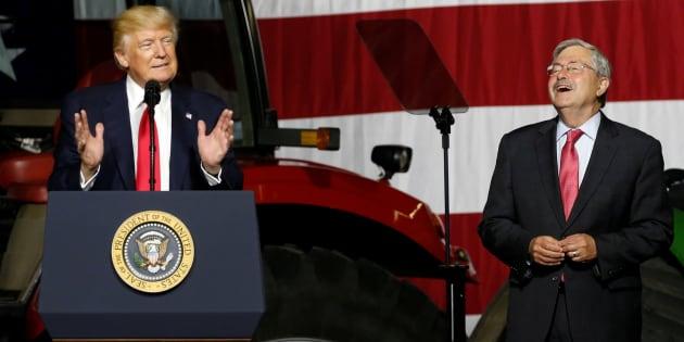 Le président américain Donald Trump (à gauche) prend la parole avec l'ambassadeur des États-Unis en Chine Terry Branstad (à droite) avant de faire des remarques sur l'agriculture au Kirkwood Community College à Cedar Rapids, Iowa, États-Unis, le 21 juin 2017.