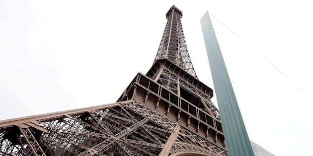 A la Torre Eiffel ya la rodea un rejas que protegen el monumento. REUTERS/Benoit Tessier