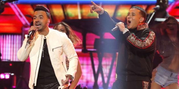Luis Fonsi et Daddy Yankee qui interprètent la chanson «Despacito» aux Grammys.