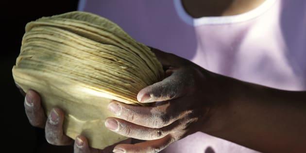 Alejandra Sanchez Cruz, de 35 años, sostiene un kilo de tortillas en su negocio en la Ciudad de México.