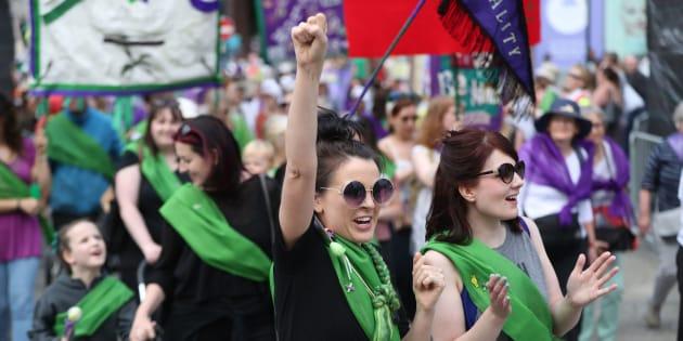 Mujeres en Irlanda celebran los primeros 100 años del voto femenino en su país.