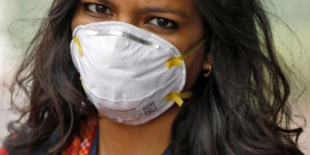 Une femme porte un masque antipollution à New Delhi, en Inde.