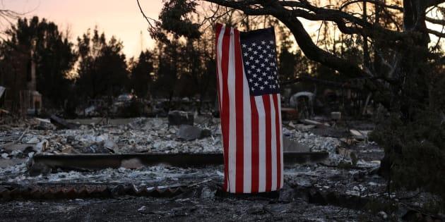 Una bandera americana cuelga de la rama de un árbol calcinado en Santa Rosa, California, ayer jueves.