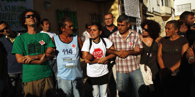Miembros de la plataforma Stop Desahucios se manifiestan contra un desahucio por impago de hipoteca en 2012.