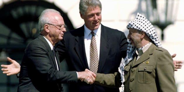 En septembre 1993, à la suite des négociations secrètes sous l'égide de la Norvège, les ennemis d'hier, Yitzhak Rabin et Yasser Arafat, se serraient la main sur les pelouses de la Maison-Blanche en présence du président Clinton.