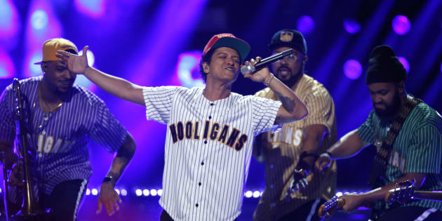 Em turnê pela América Latina, o cantor faz shows no Rio e em São Paulo.