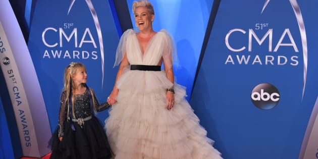 Pink et sa fille de 6 ans Willow Sage Hart sur le tapis rouge de la 51ème cérémonie des Country Music Association Awards.