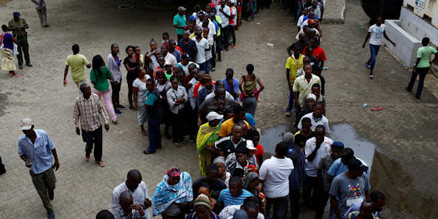 People queue to cast their votes at a polling station during the presidential election in Mombasa, Kenya August 8, 2017. REUTERS/Siegfried Modola