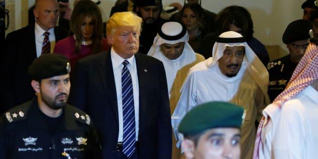 Le roi de l'Arabie Saoudite, Salman bin Abdulaziz Al Saud (centre droit, avec la tête blanche), donne au président américain Donald Trump (centre gauche) une visite lors d'une cérémonie de bienvenue au palais Al Murabba à Riyad, en Arabie Saoudite le 20 mai 2017. REUTERS / Jonathan Ernst