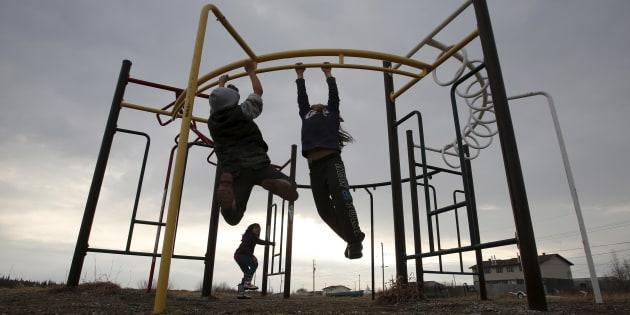 Des enfants s'amusent à Attawapiskat en Ontario (avril 2016).