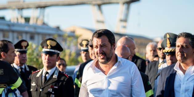 """""""Grazie eroi, lavorate senza sosta a Genova"""". Su Fb Salvini elogia i Vigili del Fuoco"""
