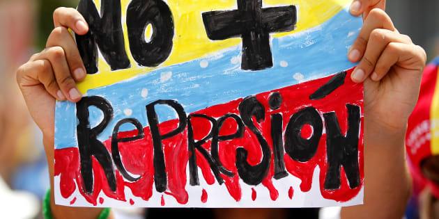 """""""Não mais repressão"""", diz um cartaz de um manifestante em protesto na Venezuela."""