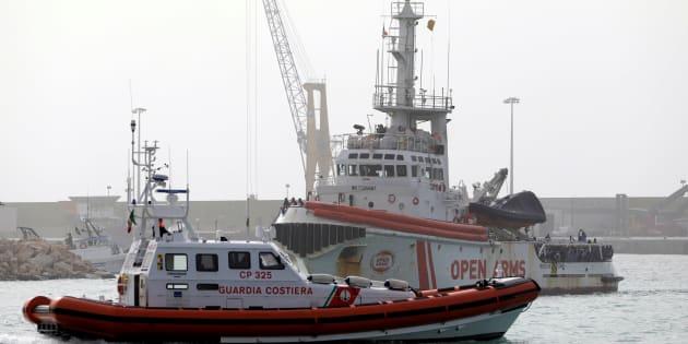 Un grupo de migrantes espera para desembarcar de la nave de Proactiva Open Arms en el puerto siciliano de Pozzallo, el pasado 18 de marzo.
