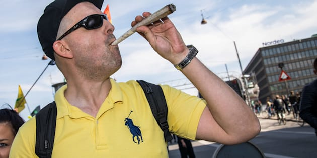 Un hombre participa en una marcha a favor del uso del cannabis en Dinamarca.