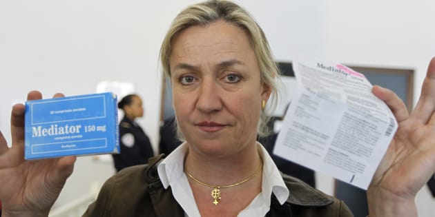Irene Frachon montre une boîte de Mediator, à Paris le 14 mai 2012. REUTERS/Charles Platiau